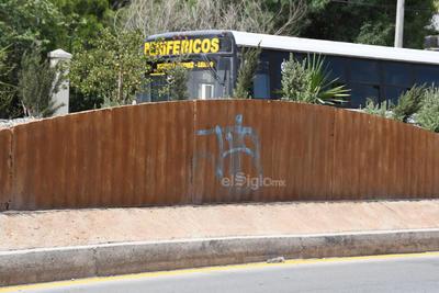 En el abandono. Deterioradas, abandonadas y con pintas se muestran las obras del Metrobús a lo largo de lo que sería su recorrido, tal como se puede apreciar en la fotografía captada por la lente de El Siglo de Torreón.