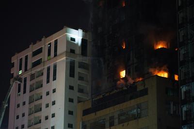 El fuego en la Torre Abbco de 48 pisos arrojó escombros sobre estacionamientos y calles cercanas. La torre de 190 metros (623 pies) de altura es uno de los edificios más altos en Sharjah, uno de los siete territorios gobernados por un jeque que comprenden los Emiratos.