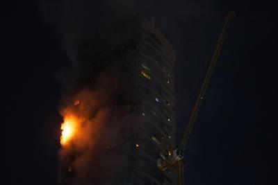 """El incendio inició alrededor de las 9 de la noche, poco después de que terminaran la cena """"iftar"""" quienes hacen ayuno para el mes sagrado del ramadán. Por lo menos siete personas sufrieron lesiones menores a causa del incendio, informó en Twitter la oficina de prensa del gobierno de Sharjah."""