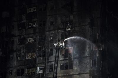 Las autoridades no han determinado la causa del incendio, que ardió hasta la mañana del miércoles. Los bomberos utilizaron un camión con escalera para rociar agua al edificio, cuyos muros de bloques de concreto quedaron calcinados y expuestos tras el fuego.