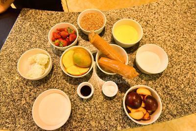 INGREDIENTES. Claras de huevo, azúcar, galletas, queso crema, frutas, vainilla y más.