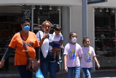 Visitan el Centro de Torreón pese a recomendación de quedarse en casa
