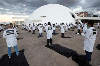 Realizan acto simbólico para honrar a personal médico victimas del COVID-19 en Brasil