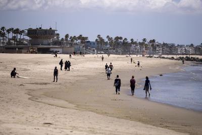 La gente disfruta de la playa a medida que  las playas de Los Ángeles se vuelven a abrir hoy en medio de la pandemia de coronavirus en Venecia California EUA.