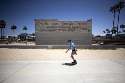 Reabren playas en Venecia California EE.UU.