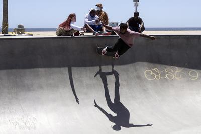 Venicia (Estados Unidos), 13/05 / 2020.- Un patinador que lleva una máscara facial se presenta en el skatepark junto a la playa mientras las playas del condado de Los Ángeles vuelven a abrir hoy en medio de la pandemia de coronavirus en Venice, California, EE. UU., 13 de mayo de 2020.