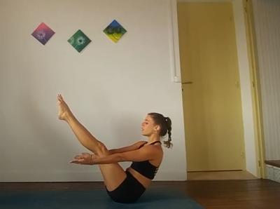 V INVERTIDA. Eleva tus piernas rectas en paralelo a tu cuerpo y reposa tu balance sobre el coxis, mantén.