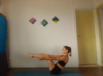 V INVERTIDA A PECHO. Desde una postura de V invertida, lleva tus rodillas al pecho y regresa a la posición anterior.