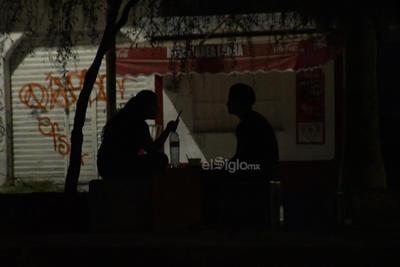 Oscuridad. A diario, las parejas se refugian en la oscuridad del espacio público, donde permanecen hasta tarde sin aplicar la 'Sana Distancia'.