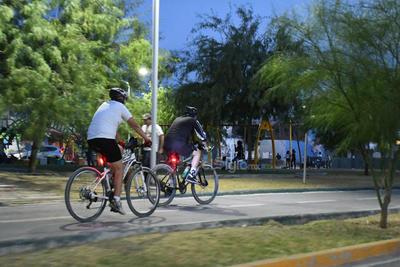 Deporte al aire libre. Los ciclistas aprovechan la noche para acudir a la ciclopista de la Línea Verde y realizar un poco de deporte, sin temor al coronavirus.