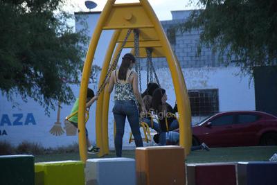 De paseo. Diariamente, el área de juegos infantiles se ve ocupada por los infantes y su madres, quienes no portan ninguna medida de protección.
