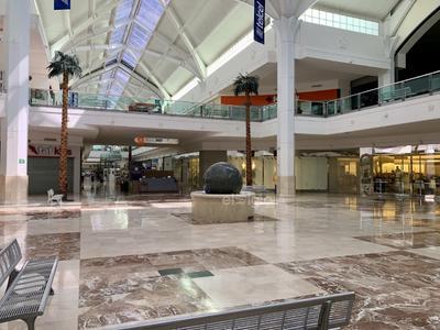 Los centros comerciales también han experimentado golpes duros en sus ventas, pues la afluencia de clientes ha bajado considerablemente.