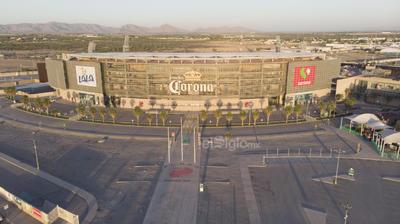 En un fenómeno sin precedente, un emblema de la arquitectura contemporánea como el Estadio Corona, luce vacío durante un tradicional domingo donde los aficionados al Club Santos Laguna tendrían que estarlo abarrotando; su imagen es un grito de gol silencioso.