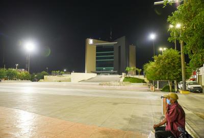 En el presente ensayo fotográfico realizado por El Siglo de Torreón, se muestran instantáneas tomadas durante el último mes de confinamiento. Por ejemplo, la Plaza Mayor de Torreón ha tenido que experimentar la ausencia de las familias laguneras que solían visitarla cada noche.