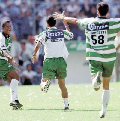 En la batalla por el título Santos se midió al Pachuca, y tras caer 2-1 en el juego de ida, logró el título imponiéndose 3-1 en la vuelta gracias a los tantos de Borgetti, Mariano Trujillo y Robson Luiz, haciendo estallar el viejo Estadio Corona en una calurosa tarde.