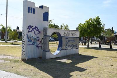 Pintas de grafiteros. En la avenida Torres Zaragoza, se observa que la plaza carece de pasto, además que ha sido presa de los grafiteros de ese lugar.