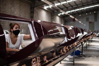 Crean ataúd hermético para velar a fallecidos por COVID-19