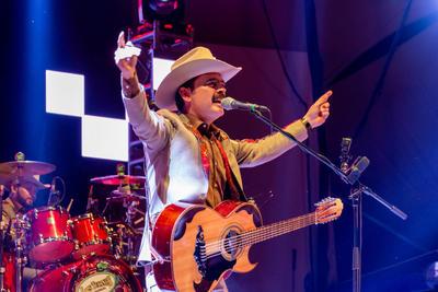 Los Tucanes de Tijuana, quienes también han interpretado temas alusivos al narcotráfico en sus letras fueron relacionados tras la publicación de una fotografía en la que el vocalista, Mario Quintero, aparece junto a la esposa de 'El Chapo Guzmán', Emma Coronel.