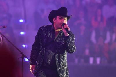 El Departamento del Tesoro de los Estados Unidos congeló las cuentas del cantante mexicano en 2017 debido a una acusación de lavado de dinero relacionado al narcotráfico. Además, en febrero fue uno de los músicos que tocó en la boda de la hija de Joaquín El Chapo Guzmán.