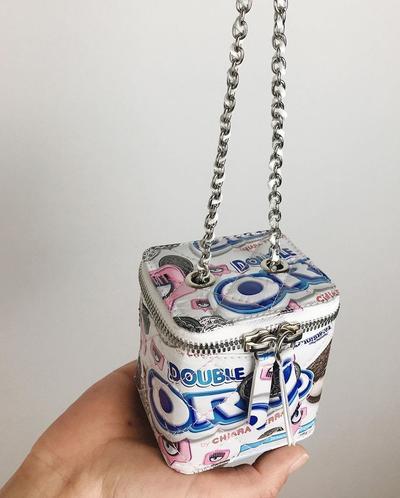 Una nueva versión de la mini vanity bag de Chanel, además de todo confeccionada con la envoltura de las Oreo de Chiara Ferragni.