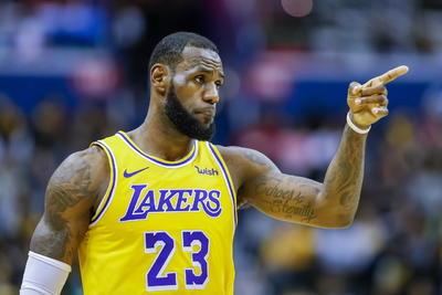 A partir del quinto lugar, aparecen las estrellas de la NBA, con LeBron James, de los Lakers de Los Ángeles, el primero en aparecer, con 88.2 millones de dólares en ganancias.