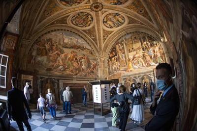 Ahora, en vez de estar hombro con hombro pudiendo sólo ver el techo de Miguel Ángel, los visitantes tuvieron el espacio para moverse y explorar los detalles exquisitos de este maestro del Renacimiento.