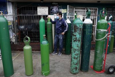 Largas filas y desesperación para comprar oxigeno en Perú