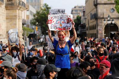 Quemando pancartas y exigiendo justicia cierra protesta por Giovanni López