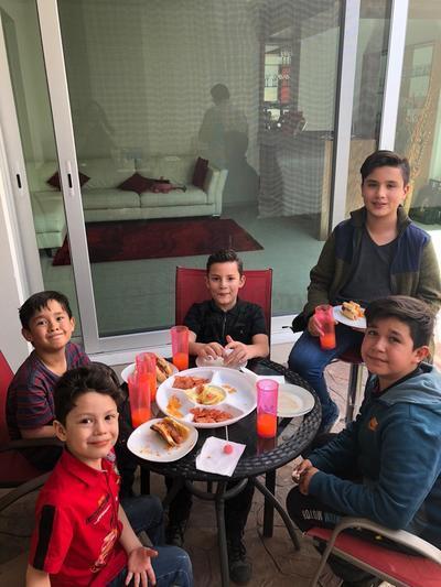 César Adrián García Ceceñas con sus familiares.