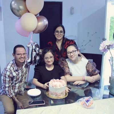 Ximena Mendoza Rojero con su familia.