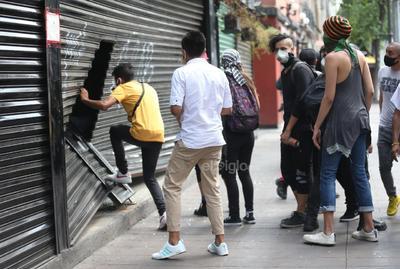 Durante la marcha, que tuvo lugar en Paseo de la Reforma y Avenida Juárez de la Ciudad de México, manifestantes realizaron diversas pintas en algunos lugares de la avenida, rompieron vidrios de las estaciones de la línea del Metrobús, así como vandalizaron y saquearon comercios de la zona.