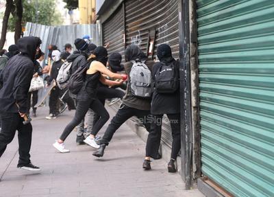Los manifestantes también tiraron las vallas de protección que estaban alrededor del Hemiciclo a Juárez para realizar pintas en contra del abuso policial y agredieron a personal de los medios de comunicación.