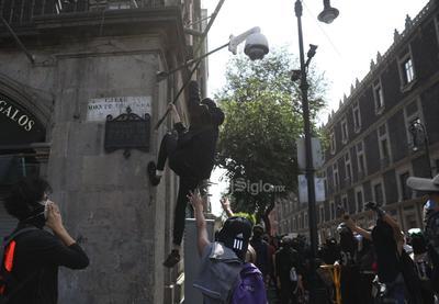 Les arrojaron distintos objetos. Los contingentes utilizaron las vallas del monumento para bloquear la circulación en Avenida Juárez.