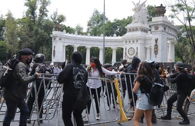 En las inmediaciones del Palacio de Bellas Artes, se pudo observar el uso de extintores para disolver al contingente.