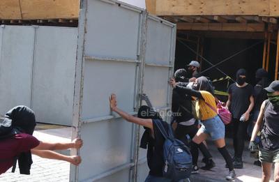 En el edificio de Banxico también realizaron pintas y lanzaron consignas como Los empresarios ya se pusieron de acuerdo.
