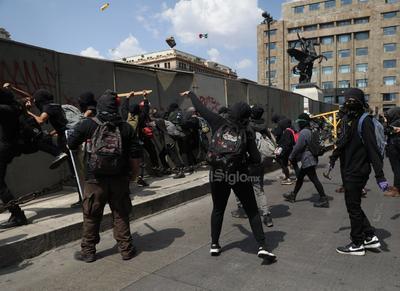 En la calle 5 de mayo ciudadanos reclamaron a los manifestantes por los destrozos realizados.