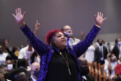 El reverendo Al Sharpton fue enumerando a afroamericanos que también murieron a manos de la policía, como Trayvon Martin, Eric Garner, Botham Jean, Pamela Turner, Michael Brown o Ahmaud Arbery, a cuyos familiares, que estaban presentes, pidió uno a uno que se levantaran, acabando todos los congregados en pie y aplaudiendo.