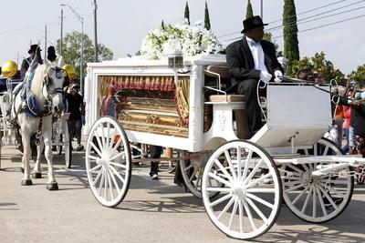 A estos servicios fúnebres privados en honor a Floyd, después del velatorio del este lunes en el mismo templo y el funeral que tuvo lugar el jueves pasado en Minneapolis, asistieron unas 500 personas por estricta invitación de la familia, una cuarta parte del aforo debido a la pandemia del coronavirus.