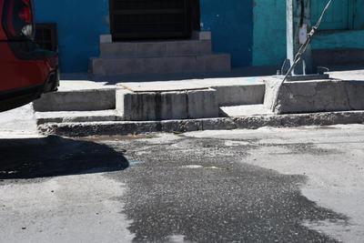 Problemas con el drenaje. En algunas calles también hay problemas con la red de drenaje. El agua sucia sale de alcantarillas o de los registros de las viviendas, representando un riesgo para la salud de los habitantes.