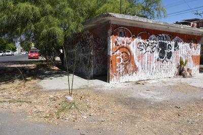 Abandono. La colonia tenía una caseta de vigilancia, la cual está abandonada y manchada con grafiti. Vecinos dicen que también es utilizada ocasionalmente como punto de reunión para realizar actividades ilícitas.