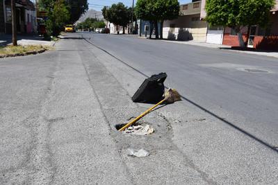 Sin señalamientos. Hay sectores donde las alcantarillas están a desnivel o sin tapa. Para evitar daños a los vehículos, los vecinos colocan objetos a manera de señalamiento.
