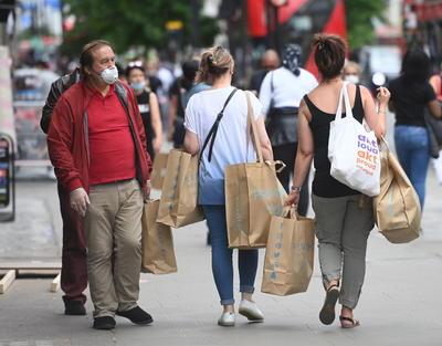 Se vivió una nueva normalidad en el regreso de las tiendas en Londres.