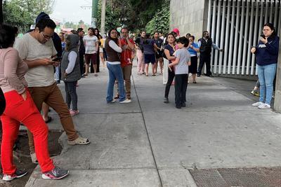 El presidente Andrés Manuel López Obrador envió un mensaje, en el que descartó por ahora daños por el sismo de 7.5.