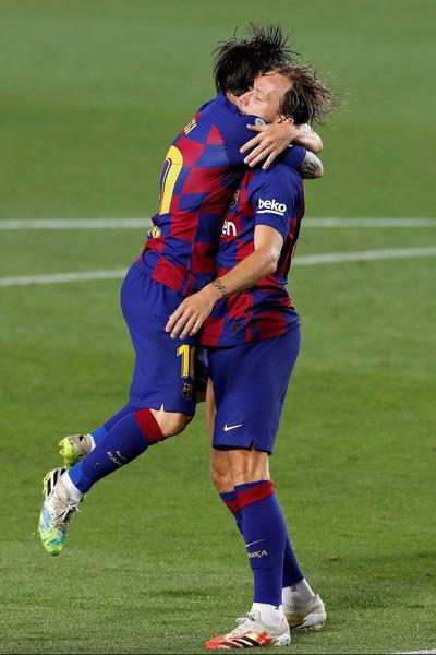 Rakitic fue la solución a un duelo embrollado en extremo para el Barsa, que dispuso de inicio a su estelar tridente ofensivo con el argentino Messi, el uruguayo Luis Suárez y el francés Antoine Griezmann, ninguno de los cuales contó con fortuna de cara a la portería.