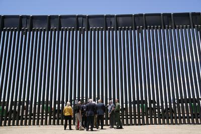 De ese tramo, solo 3 millas (4,8 kilómetros) se han erigido en partes de la frontera donde EUA. no tenía ninguna valla hasta ahora: la gran mayoría del