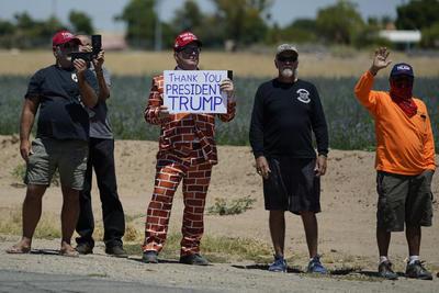 Trump hizo esas declaraciones antes de desplazarse a un tramo de la valla fronteriza en la cercana localidad de San Luis, donde estampó su firma en una placa instalada en el
