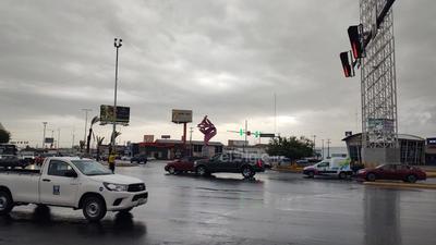 La lluvia registrada luego de la tolvanera causó problemas en los semáforos de Torreón.