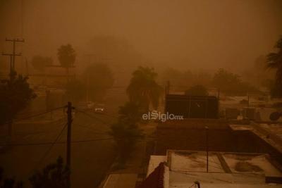 La visibilidad prácticamente fue nula tras la tolvanera registrada hoy por la mañana en La Laguna.