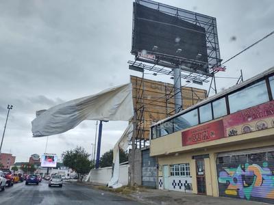 Las fuertes ráfagas de viento causaron estragos en los espectaculares de Torreón.