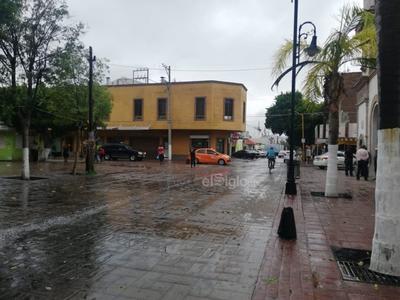 La tolvanera que se registró alrededor de las 10:25 de la mañana de este miércoles, sorprendió a los ciudadanos de Lerdo que caminaban por las calles del centro, quienes se resguardaron en las oficinas de la presidencia e incluso en locales comerciales.